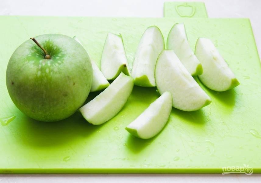 3. Помойте и удалите сердцевину с яблок. Нарежьте их крупными дольками. Яблоки лучше брать твердых сортов.