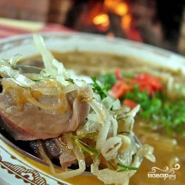 Даем супу с десяток минут настояться под крышкой, после чего разливаем по тарелкам и подаем. Щи уральские готовы!