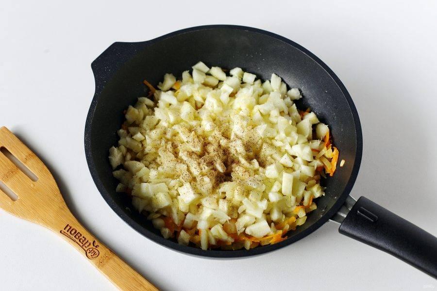 Обжарьте овощи до мягкости, добавьте половину мелко порезанной мякоти кабачков. Соль и специи добавьте по вкусу.