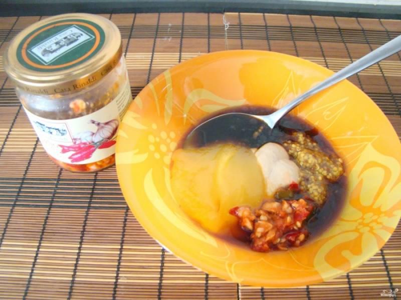 Приготовьте соус: смешайте в миске соевый соус, мед, масло растительное, добавьте горчицу и специи (соль, перец по вкусу, а также красный перец и измельченный чеснок, можете взять сушенный чеснок).