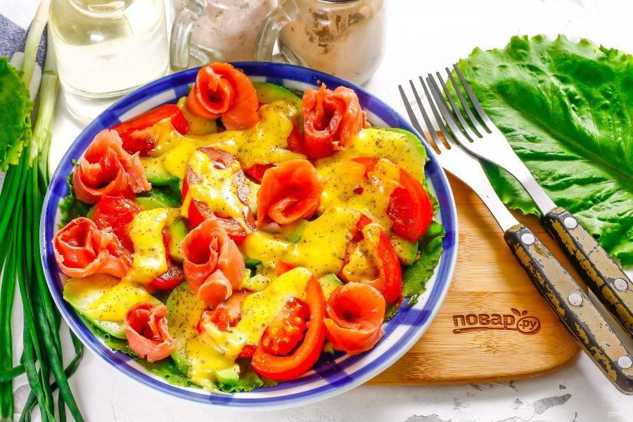 Подайте приготовленный салат с авокадо и красной рыбой к столу сразу же после его приготовления, так как при длительном хранении ломтики авокадо потемнеют. Не забудьте посолить и поперчить его.
