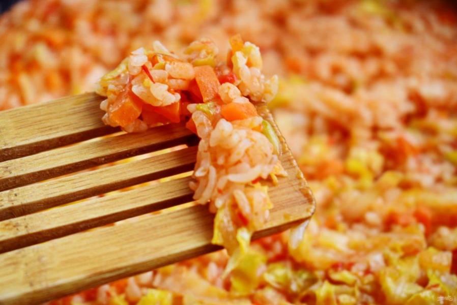 Снимите с огня, крышку не снимайте. Дайте рису настояться в течение 15-20 минут, набухнуть под крышкой. Тогда он получится рассыпчатым, рисинка к рисинке.