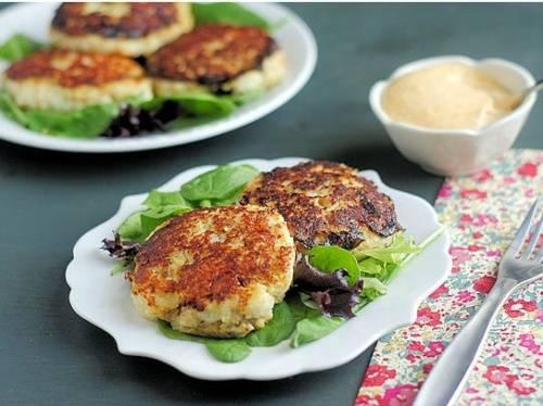 Подаем рыбные котлеты сразу после приготовления. К ним очень хорошо подходят салаты из свежих овощей и зелень. Хорошим гарниром будет картофель в любом виде (жареный, вареный или пюре). Приятного аппетита!