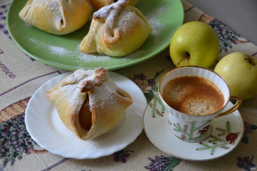 """Перед подачей посыпьте яблоки """"в платочках"""" сахарной пудрой. Получилась очень вкусная домашняя выпечка с приятным """"сюрпризом"""" внутри."""