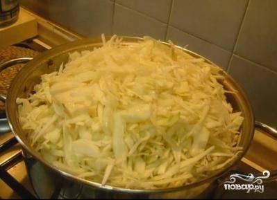 После того как наши овощи и грудка потушились,перекладываем их в кастрюлю.  Туда же отправляем нашинкованную капусту.