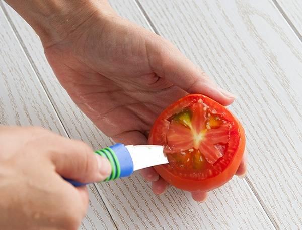 5. Вырезаем сердцевину у каждого помидоры и вытаскиваем ее ложкой.