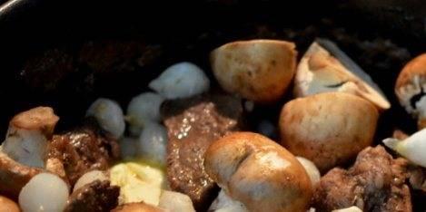 Кладем порезанные грибы и репчатый лук, продолжаем готовить.
