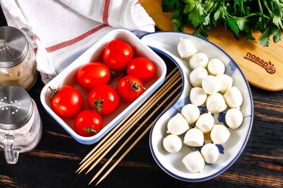 Подготовьте ингредиенты. Моцареллу приобретите самую мелкую, буквально - с орешек лещины. Если таковой нет в наличии, замените сыр отварными перепелиными яйцами.