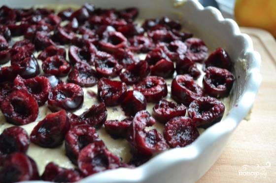 7. Сверху выложите вишню без косточек. Отправьте форму в духовку, выпекайте вишневый до румяности.