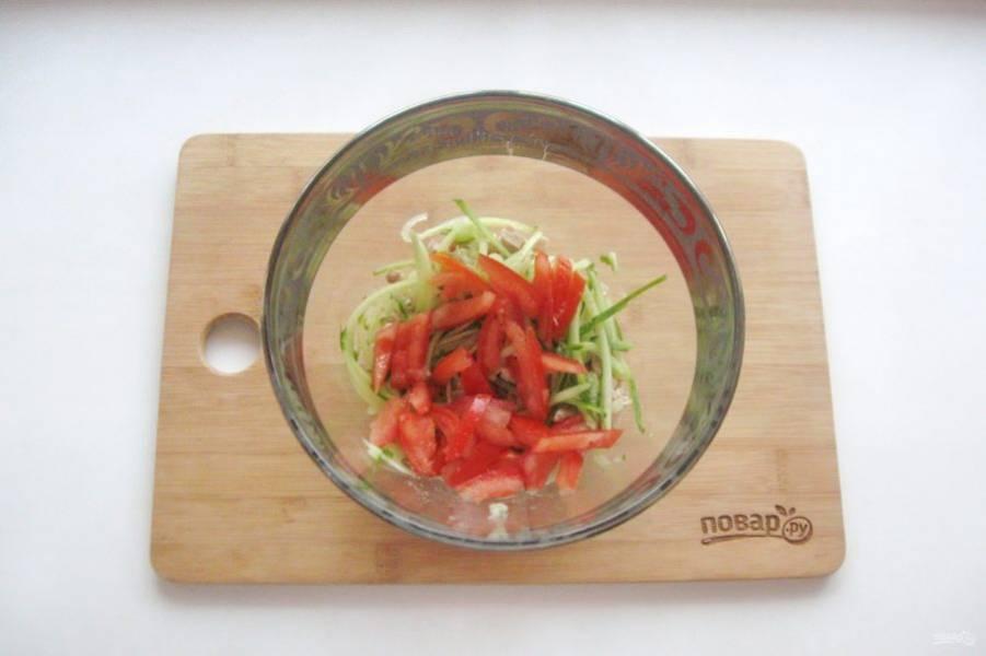 Помидор нарежьте, удалите семена. Должна остаться только мясистая стенка помидора. Нарежьте её и выложите в салат.