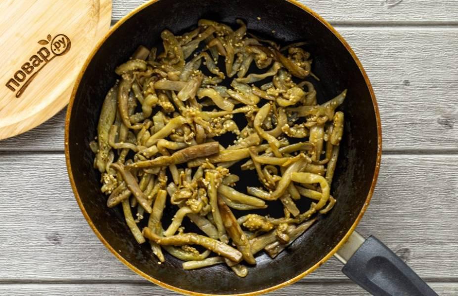 Затем обжарьте баклажаны в разогретом растительном масле до золотистого цвета.