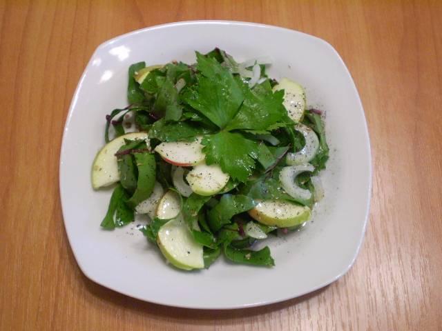 Добавляем соль, специи и поливаем оливковым маслом. Салат готов!