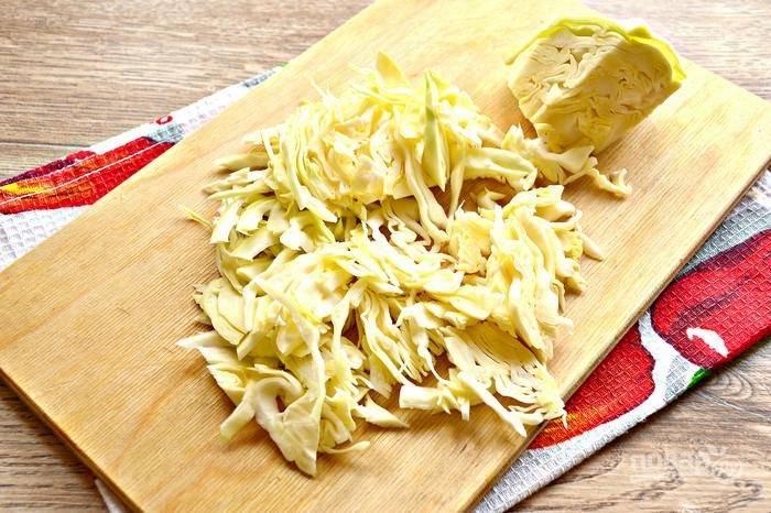 Пока овощи обжариваются, нашинкуйте капусту.