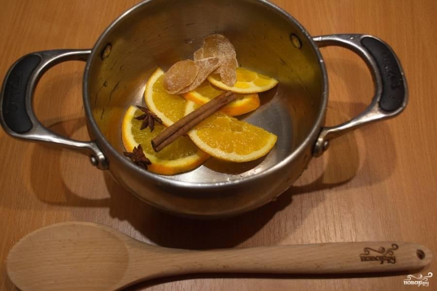 В кастрюлю поместите нарезанный апельсин, бадьян, корицу, имбирь.