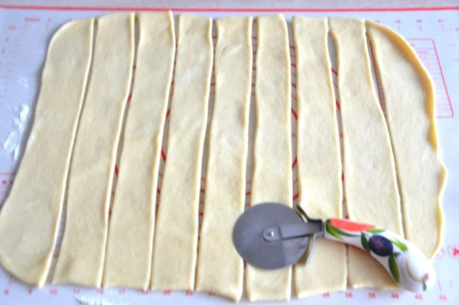 """Раскатайте тесто в пласт, толщиной примерно 3 мм., нарежьте тесто """"ленточками"""" примерно по 5 см. шириной."""