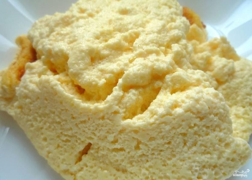 Яйца с молоком на сковороде