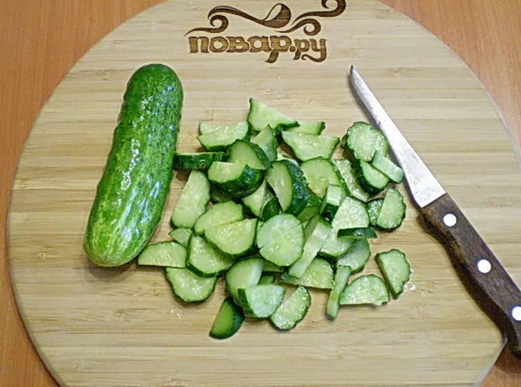Огурчики режем, как на салат, небольшими кусочками.