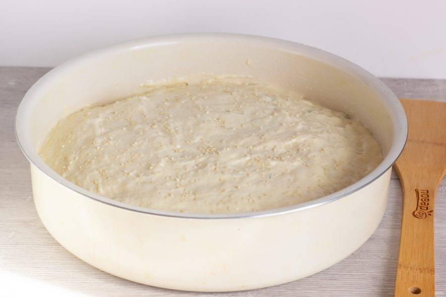 Также ложкой выложите сверху оставшееся тесто и посыпьте кунжутом. Выпекайте 55-60 минут при температуре 180 градусов.