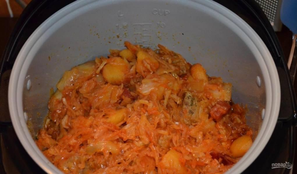 13.Периодически открываю крышку и перемешиваю все продукты, за 10 минут до окончания добавляю порезанные соленые огурцы.