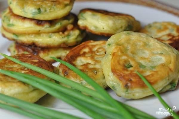 5. Вот и весь секрет приготовления оладий из зеленого лука. Подавайте их к столу горячими или холодным, дополнив соусом по вкусу или сметаной, например. Приятного аппетита!