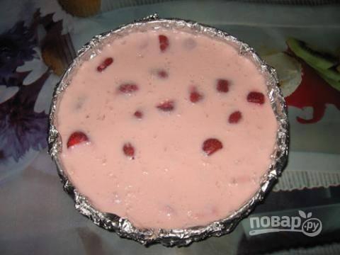 6. Отправьте тортик в холодильник на пару часов, чтобы он хорошо застыл.