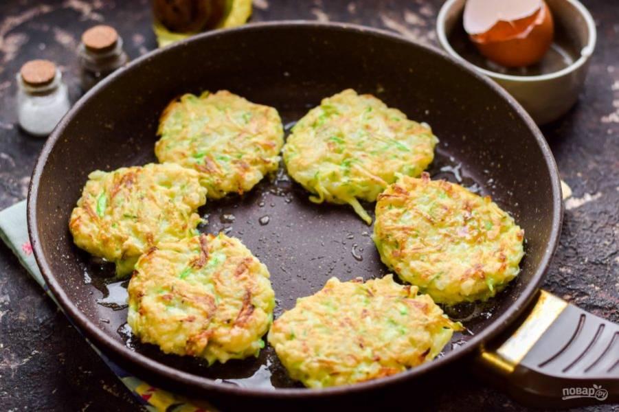 Сковороду прогрейте и влейте масло, жарьте оладьи с обеих сторон по 3-4 минуты.