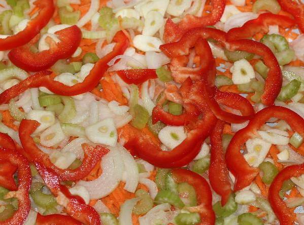 """1. Все овощи моем и измельчаем. Чтобы смотрелось интереснее, я все, кроме капусты, режу мелко, а ее оставляю """"ломтями"""". Смешаем измельченные лук, морковь, сельдерей, чеснок и перец. Половину этой смеси выкладываем в кастрюлю."""