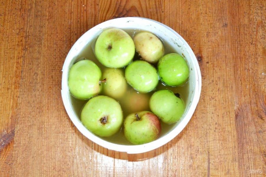 После уберите яблоки в подвал или в другое темное и прохладное место на 35-45 дней.