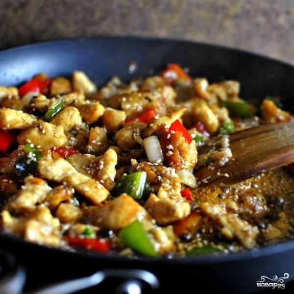 Готовим курицу с овощами в соусе приблизительно 1-2 минуты до загустения соуса, после чего снимаем с огня и немедленно подаем. Подавать лучше всего с рисом.