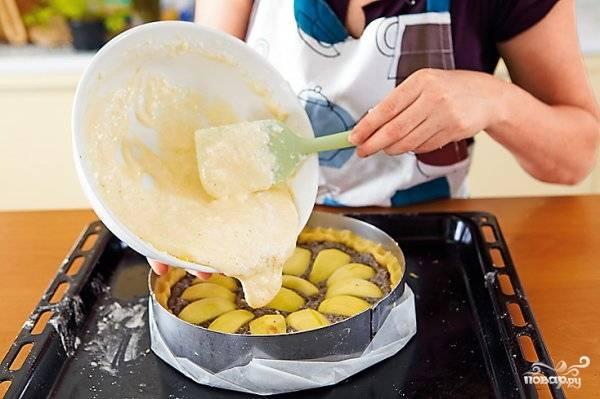 Выложите получившуюся массу поверх яблок на пирог. Запекайте пирог полчаса. Когда он будет полностью готов, достаньте его из духовки, остудите и украсьте по желанию взбитыми сливками, дольками яблок и маком.