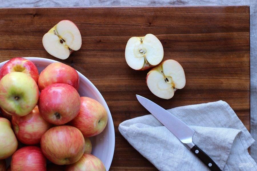 1.Вымойте яблоки, вытрите их насухо. Каждое яблоко разрежьте на 2 части.