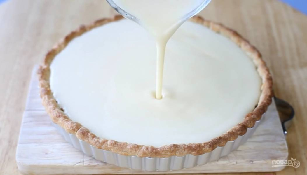 15.Вылейте крем на основу и выпекайте в разогретой до 150 градусов духовке приблизительно 40-50 минут, пока крем схватится.