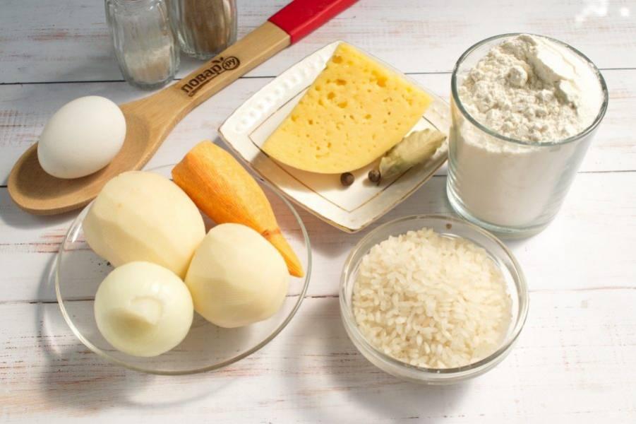 Овощи вымойте, очистите. Рис промойте в холодной воде, откиньте на сито.
