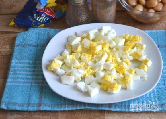 2. Шинкуем вареные яйца мелкими кубиками.