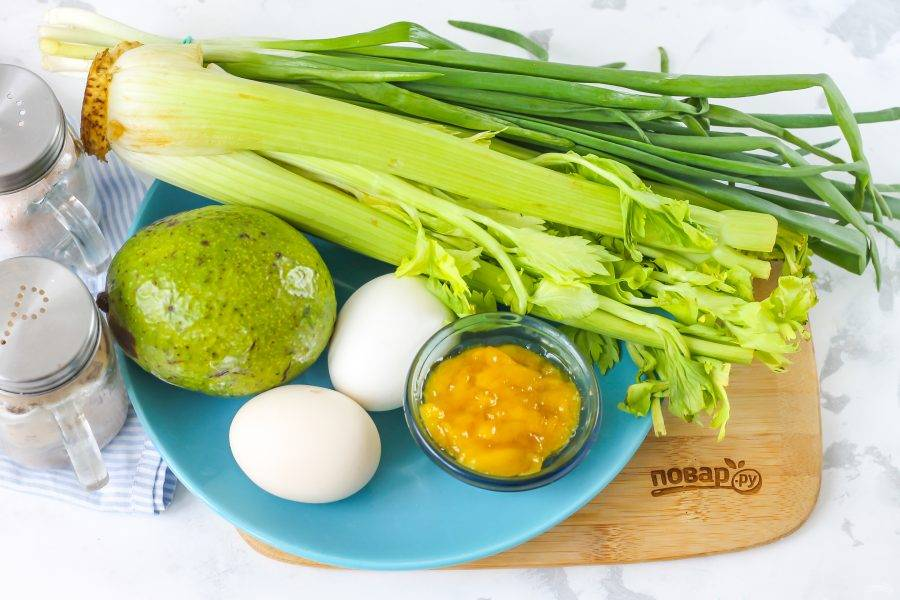 Подготовьте указанные ингредиенты. Заранее отварите куриные яйца в течение 12-15 минут и остудите в ледяной воде.