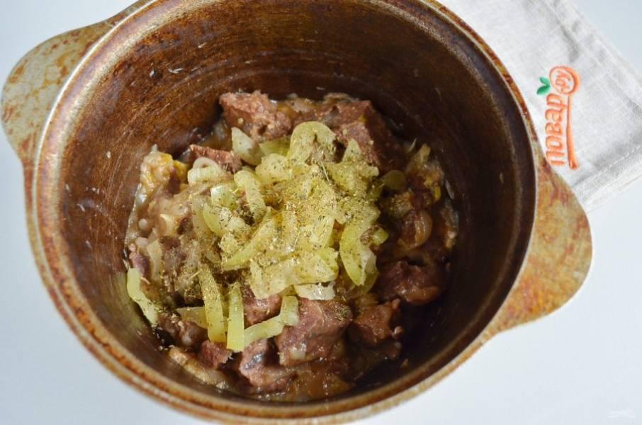 5. Добавьте болгарский перец, специи (хмели-сунели, уцхо-сунели, перец красный молотый). Протушите пару минут.
