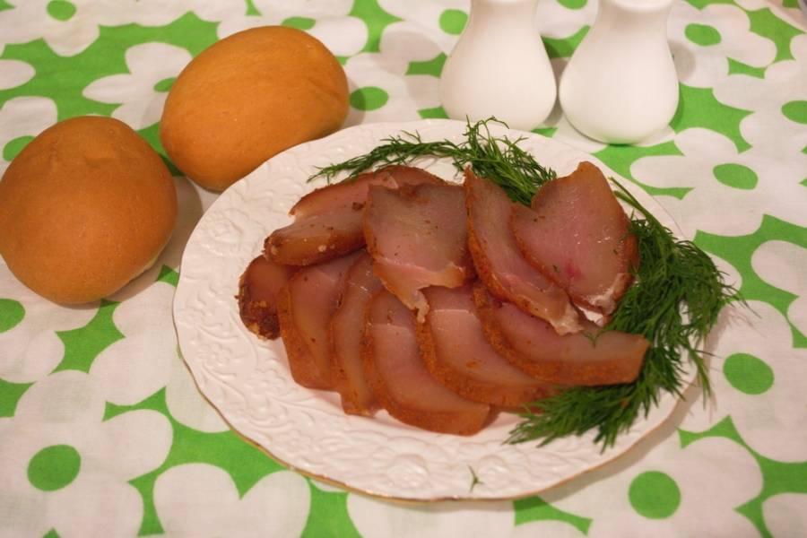 Готовое мясо нужно нарезать острым тонким ножом. Можно подавать к столу.