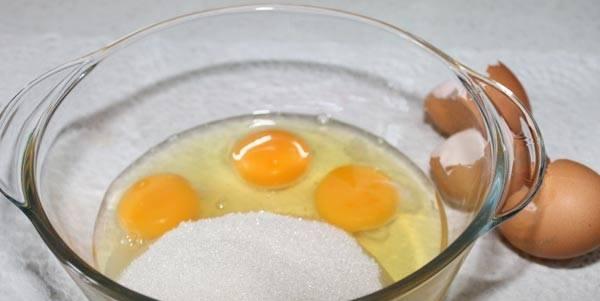 В емкости взбейте яйца с сахаром.
