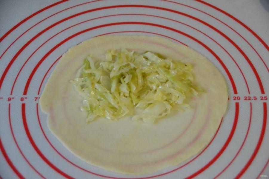 Раскатывайте тесто в тонкий пласт, выкладывайте начинку и хорошо защипывайте края.