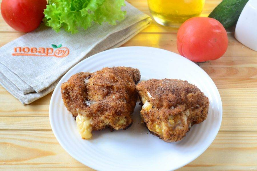 Запекайте куриные кармашки при температуре 180 градусов 10-15 минут. Готовые кармашки подавайте с любым гарниром и обязательно с овощами. Кушайте с удовольствием!