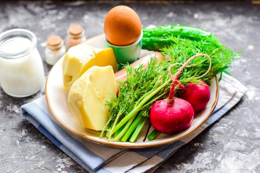 Подготовьте все ингредиенты. Картофель и яйца отварите заранее.