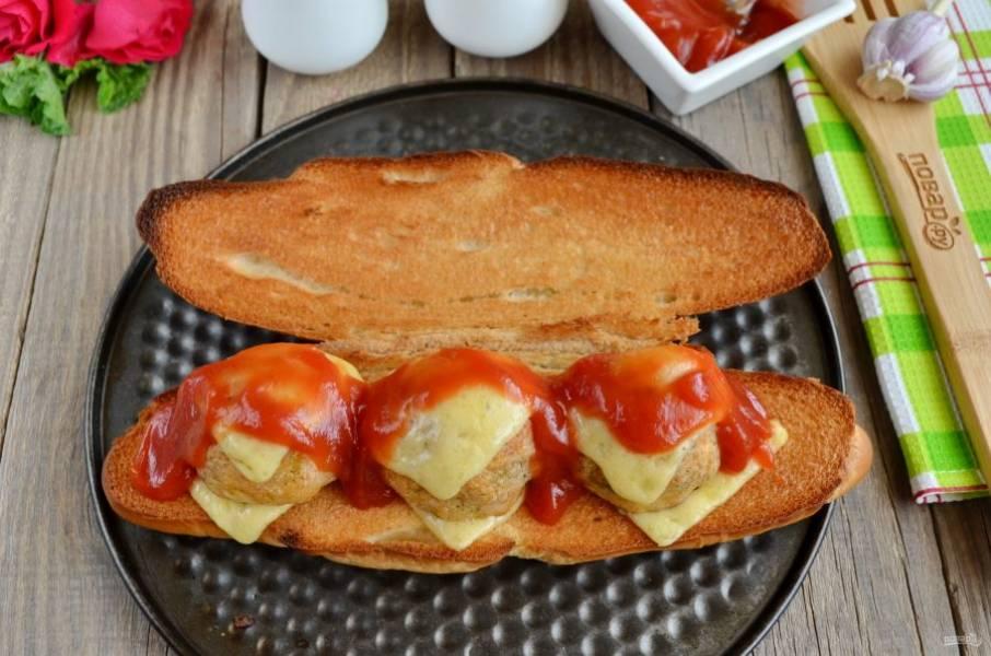 Полейте томатным соусом фрикадельки и подайте закуску горячей к столу! Приятного аппетита!
