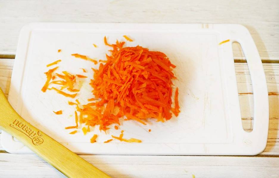 4. Морковь почистите и натрите на терке.
