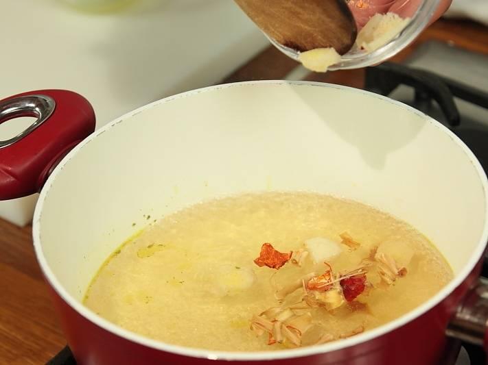 В кастрюлю налить бульон, довести его до кипения. Добавить ломтики калгана. Варить 5 минут.