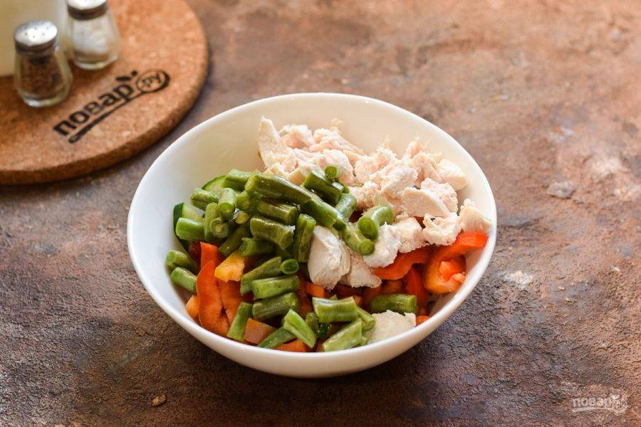 Все подготовленные ингредиенты сложите в салатник, заправьте маслом и добавьте соль, перец по вкусу. Перемешайте и подавайте к столу.
