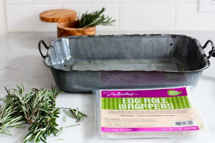 Разрежьте куриное филе на несколько маленьких кусочков и обжарьте на оливковом масле до золотистого цвета. Выложите в тарелку и отставьте в сторону. Перед тем, как выкладывать обжаренное куриное филе, покройте тарелку бумажной салфеткой, она заберёт лишний жир с кусочков мяса.