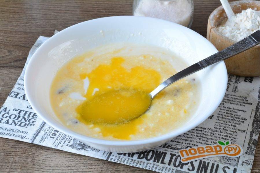 Влейте растопленное и остывшее сливочное масло.