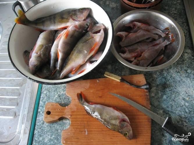 Таким же образом снимаем кожу со всей рыбы.