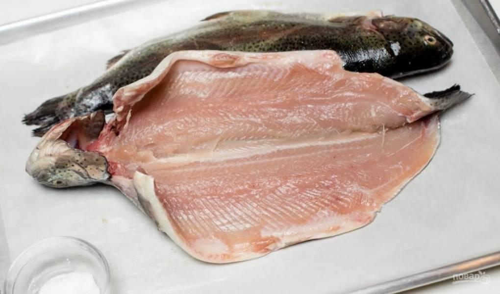 Рыбу промойте. Удалите кости, разрезав рыбу наполовину. Уберите всё лишнее внутри.