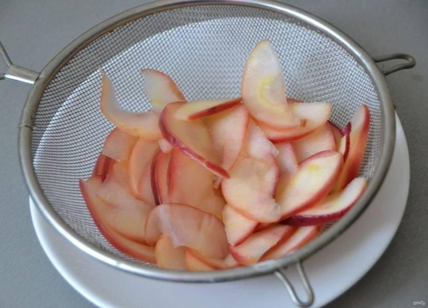 Слейте с яблочных ломтиков сахарный сироп.